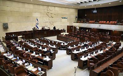 Un député en plein discours, face à une salle vide, durant une obstruction parlementaire à la Knesset, le 27 décembre 2017. (Crédit : Noam Rivkin Panton/porte-parole de la Knesset)