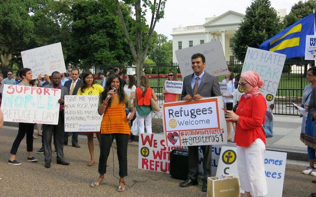 Des réfugiés, des avocats et des chefs religieux rassemblés devant la Maison Blanche pour appeler à la protection des réfugiés lors de la journée internationale des réfugiés, le 20 juin 2017 (Crédit : HIAS via JTA)