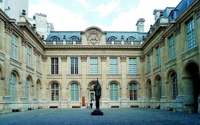 L'Hôtel de Saint Aignan qui abrite le Musée d'art et d'histoire du judaïsme à Paris. (Crédit : Wikimedia Commons/MBZT)