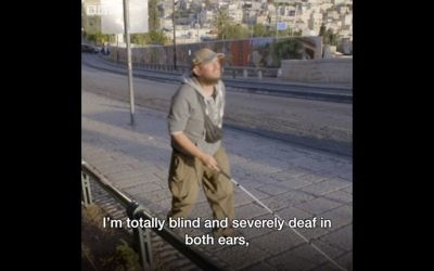 Tony Giles, le globe-trotteur britannique aveugle et malentendant, en Israël. (Crédit : Capture d'écran BBC via Facebook)