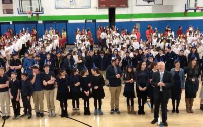 Plus de 500 étudiants de Ben Porat Yosef à Paramus, New Jersey, ont battu le record du monde de la plus grande menorah humaine, le 13 décembre 2017 (Crédit : Capture d'écran JTA via NorthJersey.com)
