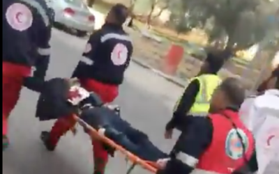 Illusration : Un attaquant palestinien, apparemment muni d'une ceinture d'explosifs, transporté par le Croissant rouge palestinien après avoir poignardé un garde-frontière à Ramallah, le 15 décembre 2017. (Crédit : capture d'écran YouTube)
