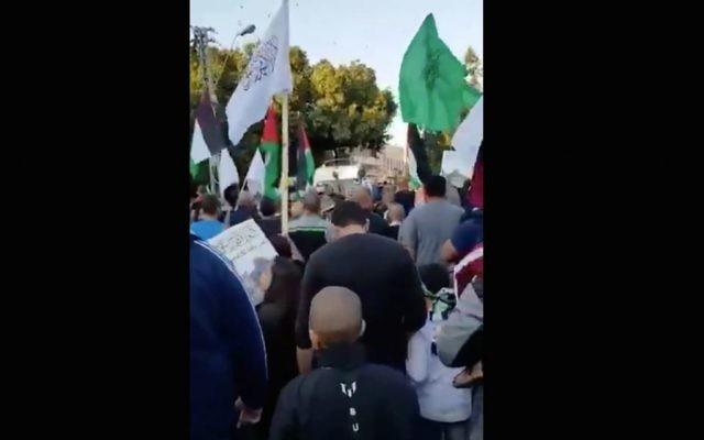 Des Arabes israéliens participent à une manifestation à Jaffa contre la reconnaissance par le président américain Donald Trump de Jérusalem en tant que capitale d'Israël, le 16 décembre 2017 (Capture d'écran : Twitter)