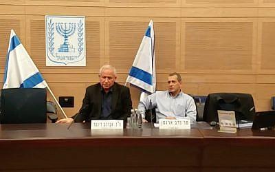 Le chef de l'agence de sécurité du Shin Bet, Nadav Argaman, (d), prend la parole devant la commission des Affaires étrangères et de la Défense de la Knesset, présidée par le député du Likud Avi Dichter, (g), le 24 décembre 2017. (Crédit : capture d'écran)
