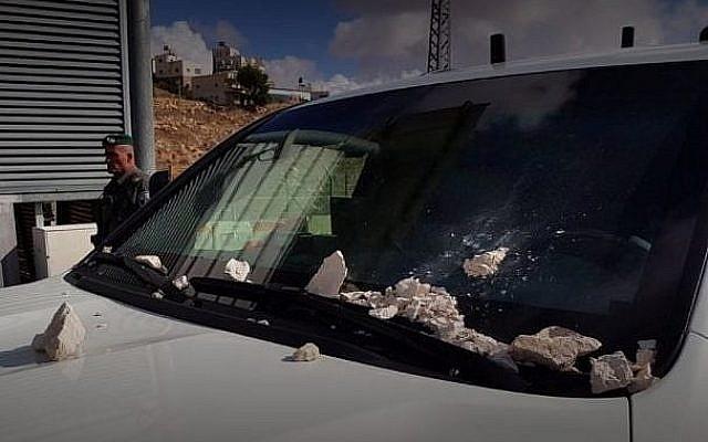 Le véhicule du ministre de la Sécurité publique Gilad Erdan, qui a été lapidé dans la ville palestinienne d'Abu Dis le 25 décembre 2017. (Crédit : autorisation)