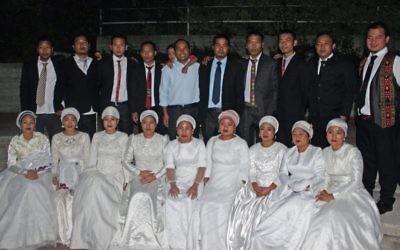 Neuf couples issus de la communautés des Bnei Menashe se sont mariés au centre d'intégration de Kfar Hasidim, le 20 décembre 2017. (Crédit :Shlomo Haokip/Shavei Israel)