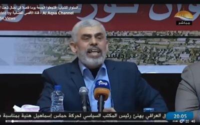 Le chef du Hamas Yahya Sinwar à la télévision, le 21 décembre 2017. (Crédit : capture d'écran Al-Aqsa Television)
