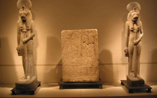 Illustration : deux statues de Sekhmet, déesse du soleil, au Musée d'Egypte de Berlin. (Crédit : Wikipedia Commons)
