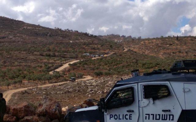 Des résidents d'implantation israéliens et les Palestiniens s'affrontent dans le nord de la Cisjordanie, le 30 novembre 2017 (Crédit : (Nasser Ishtayeh/Flash90))