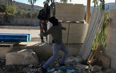 Les Palestiniens du village de Hawara, en Cisjordanie, affrontent les soldats israéliens en raison de la reconnaissance par le président Trump de Jérusalem, capitale d'Israël, le 8 décembre 2017 (Crédit : Jacob Magid/Times of Israel)