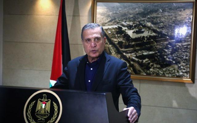 Nabil Abu Rudeinah, porte-parole de Mahmoud Abbas, lors d'une conférence de presse à Ramallah, en Cisjordanie, le 5 décembre, suite à un entretien téléphonique entre Abbas et le président américain Donald Trump. (Crédit : Flash90)