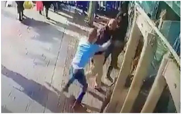 Capture d'écran de la vidéo-surveillance montrant Yassin Abu al-Qar'a en train de poignarder Asher Elmaliach à la gare routière centrale de Jérusalem, le 10 décembre 2017.