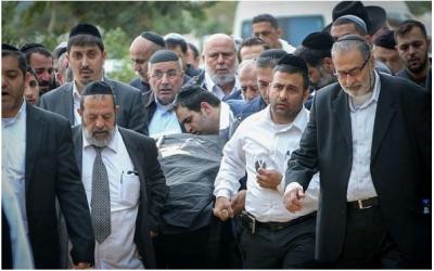 Des milliers de personnes ont assisté aux funérailles des membres de la famille Azan à Holon, Israël, le 20 décembre 2017. (Flash90 via JTA)