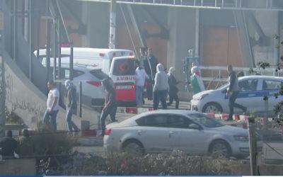 Copie d'écran de la vidéo de l'armée montrant trois manifestants masqués sortir de l'ambulance du Croissant Rouge palestinien, le 11 décembre 2017