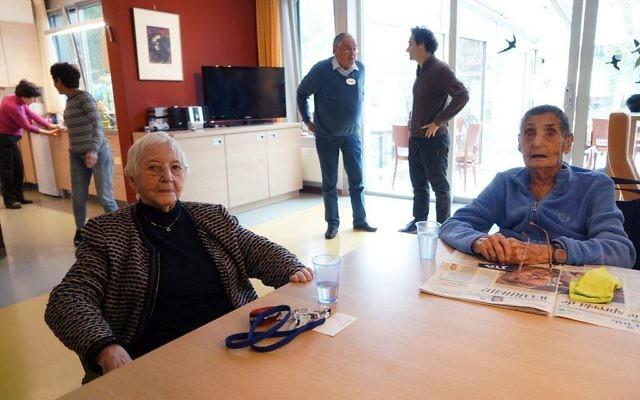 Henny Goudeketing, à gauche, et Anne van de Geest dans la salle principale de l'hospice juif Emmanuel à Amsterdam, le 1er novembre 2017. (Crédit : Cnaan Liphshiz / via JTA)