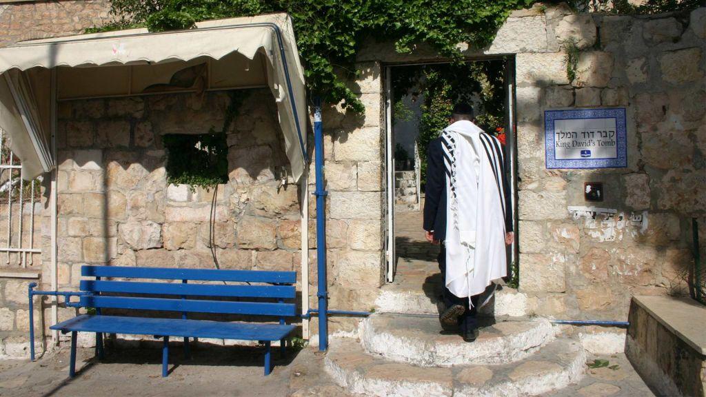 Le tombeau du roi David et le cénacle, qui est supposé être le site de la Cène, sont situés dans le même bâtiment sur le mont Sion (Crédit : Shmuel Bar-Am)