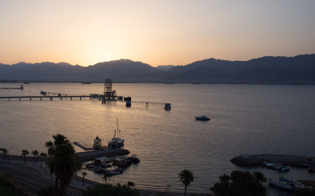 Se réveiller à Eilat et contempler un lever du soleil hivernal (Crédit : Yaël Ancri)