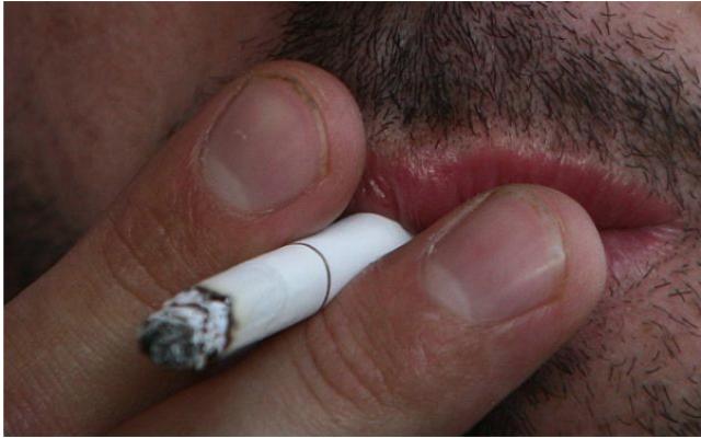 Un fumeur de cigarette (Orel Cohen/Flash90)
