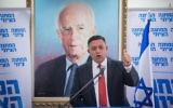 Le chef de l'Union sioniste Avi Gabbay dirige une réunion de sa faction au parlement israélien le 20 novembre 2017 devant un portrait de Yitzhak Rabin (Crédit :  Yonatan Sindel/Flash90)