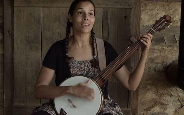 """Rhiannon Giddens, mélange influences celtiques et africaines. Ici dans son clip, """"Julie"""" (Crédit: capture d'écran Youtube)"""