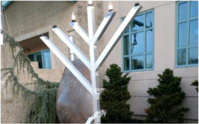 La hanoukkia vandalisées, à l'extérieur du centre communautaire juif Milton and Betty Katz de Margate dans le New Jersey, Décembre 17, 2017. (Twitter screen capture)