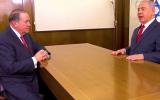 Mike Huckabee (à gauche) et  Benjamin Netanyahu dans le bureau du Premier ministre, lors d'une interview diffusée le 29 décembre 2017. (Capture d'écran/YouTube)