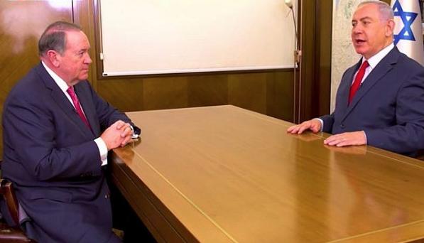 Mike Huckabee et Benjamin Netanyahu dans le bureau du Premier ministre lors d'une interview diffusée le 29 décembre 2017