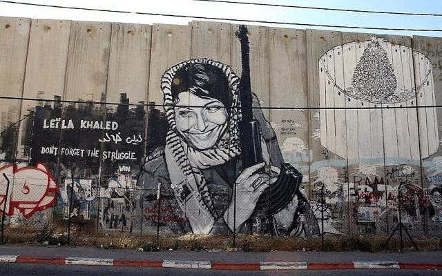 Fresque à l'effigie de Leila Khaled en Cisjordanie, le 16 juin 2013. (Crédit : Ian Walton/Getty Images via JTA)