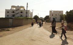 Des enfants palestiniens reviennent de l'école dans le village de Cisjordanie d'Ouja, près de Jéricho, le 14 novembre 2013 (Crédit : Meital Cohen/FLASH90)