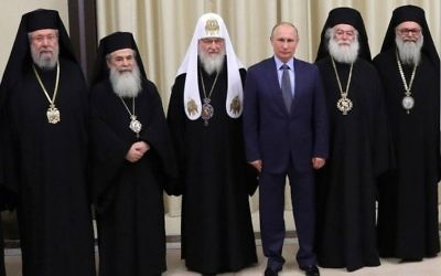 Theophile lll, Patriarche orthodoxe grec de Jérusalem (deuxième à partir de la gauche), avec (de gauche à droite) l'Archevêque de Chypre, le Patriarche Kirill de Moscou, le Président Vladimir Poutine, le Patriarche d'Alexandrie et le Patriarche d'Antioche, 5 décembre 2017 (Crédit : Autorisation)