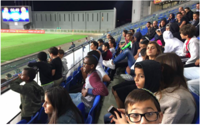 Des enfants de Bet Elazraki Children's Home et de Neve Michael Children's Village assistent au match de football Hapoel Raanana AFC contre Hapoel Tel Aviv FC. (Courtesy, Sharing Seats Israel)