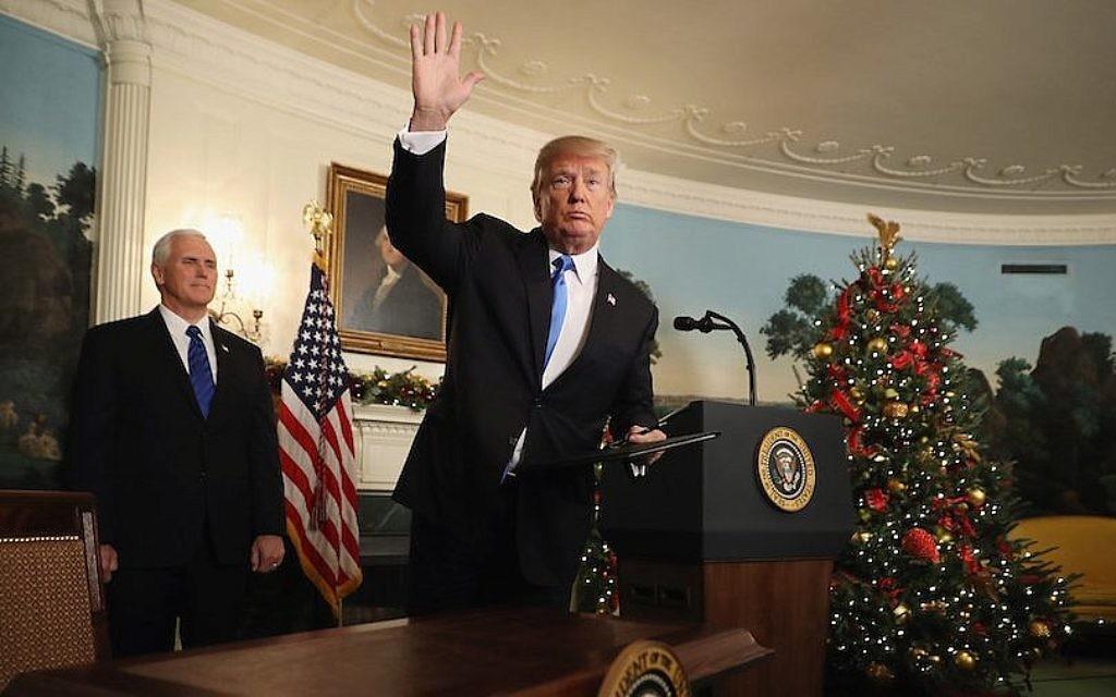 Donald Trump, après avoir annoncé que le gouvernement américain reconnaîtra officiellement Jérusalem comme capitale d'Israël à la Maison Blanche, le 6 décembre 2017 (Crédit : Chip Somodevilla / Getty Images via JTA)
