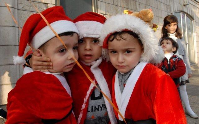 Des enfants arabo-israéliens participent à une célébration de Noël à la sortie de l'église de l'Annonciation dans la ville israélienne de Nazareth, au nord du pays, là où les chrétiens estiment que l'ange Gabriel a dit à Marie qu'elle allait donner naissance à Jésus-Christ. 24 décembre 2009. (Gili Yaari / FLASH90)
