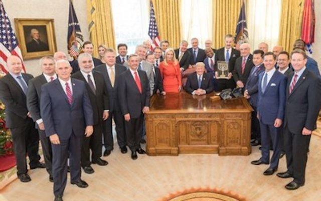 Photo prise lors de la remise d'un prix par le Friends of Zion Museum a président américain Donald Trump, à la Maison Blanche, Washington, Etats Unis, le 14 décembre 2017 (Crédit : Autorisation)