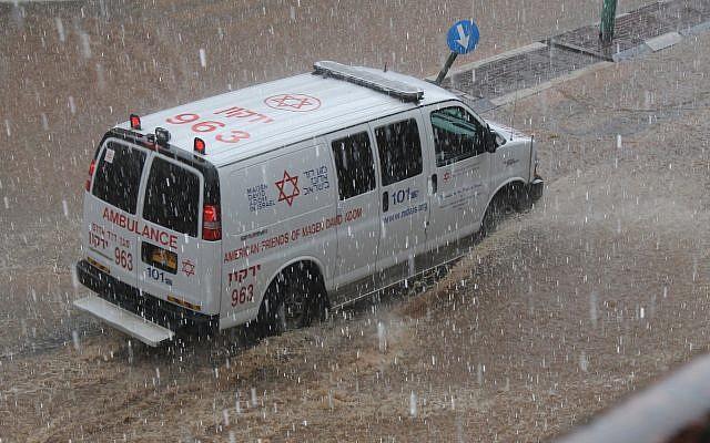 Photo d'illustration d'une ambulance Magen David Adom sous une pluie battante (Magen David Adom)