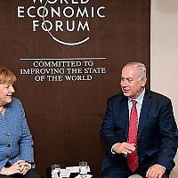 Le Premier ministre Benjamin Netanyahu et la chancelière allemande Angela Merkel à Davos, en Suisse, le 24 janvier 2018 (Crédit: Amos Ben Gershon / GPO)