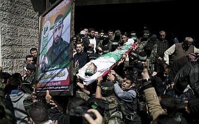 Des membres du groupe terroriste Hamas portent le corps de Mohamed al-Astal, tué dans un effondrement d'un tunnel, lors de ses funérailles à Khan Yunis, dans le sud de la bande de Gaza, le 4 mars 2016. (AFP / SAID KHATIB)
