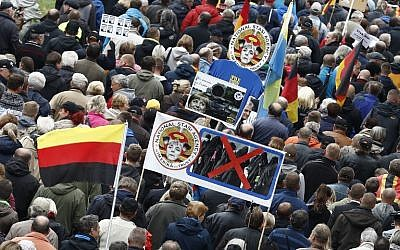 """Les partisans de Pegida (Les """"Européens patriotes contre l'islamisation de l'Occident"""") participent à une manifestation contre la chancelière allemande Angela Merkel et sa politique d'immigration le 3 octobre 2016 à Dresde, en Allemagne (Odd Andersen / AFP)"""