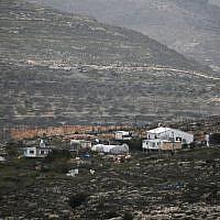 Une photo prise le 8 février 2017 depuis le village palestinien de Cisjordanie de Yasuf montre l'avant-poste illégal de  Kfar Tapuah West,  à côté de l'implantation de Kfar Tapuah. (Crédit : AFP Photo/Jaafar Ashtiyeh)
