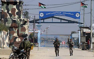 Les forces de sécurité du Hamas au carrefour d'Erez, point de passage vers Israël, à Beit Hanun, dans le nord de la bande de Gaza, le 26 mars 2017 (Crédit : AFP/Mahmud Hams)
