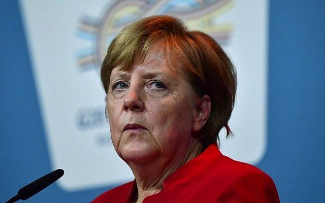 La chancelière allemande Angela Merkel s'exprime devant les journalistes après le sommet B20 à Berlin, le 3 mai 2017 (Crédit : John MacDougall/AFP)
