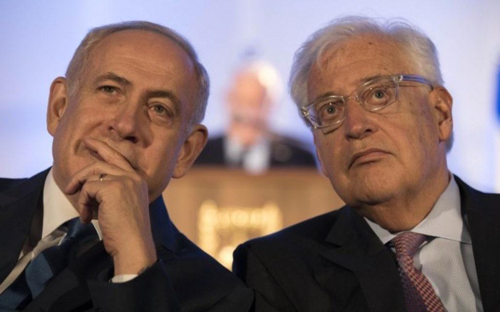 Le Premier ministre Benjamin Netanyahu et l'ambassadeur américain en Israël David Friedman lors de la cérémonie à l'occasion du cinquantième anniversaire de la Guerre des Six jours, dans la Vieille ville de Jérusalem, le 21 mai 2017. (Crédit :AFP/EPA Pool/Abir Sultan)