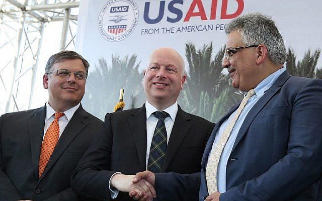 L'envoyé spécial américain Jason Greenblatt (C) serre la main du président de l'Autorité palestinienne des Eaux Mazen Ghunaim lors du lancement d'un projet d'amélioration de l'accès au traitement des eaux usées pour les agriculteurs palestiniens, le 15 octobre 2017 dans la ville de Jéricho Banque. (AFP / Jaafar Ashtiyeh)