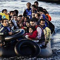 Dossier: Les migrants et les réfugiés arrivent en dériveur sur l'île grecque de Lesbos, après avoir traversé la mer Egée depuis la Turquie, le 14 octobre 2015. (AFP Photo / Dimitar Dilkoff)