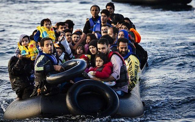 Illustration : Des migrants et des réfugiés arrivent en dériveur sur l'île grecque de Lesbos, après avoir traversé la mer Egée depuis la Turquie, le 14 octobre 2015. (AFP Photo / Dimitar Dilkoff)