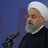 Une photo fournie par le bureau du président iranien Hassan Rouhani qui le montre lors d'une réunion avec des agriculteurs à Téhéran, le 21 novembre 2017. (Crédit : AFP / Présidence iranienne)
