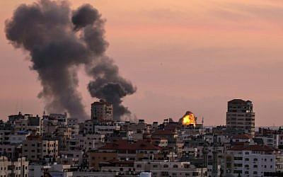 Illustration. Des bombes fumigènes provenant d'une position du Jihad islamique palestinien près de la ville de Gaza, le 30 novembre 2017, bombardée en représailles à une attaque au mortier visant les troupes israéliennes au nord-est de la bande de Gaza. (Crédit : Mahmud Hams / AFP)