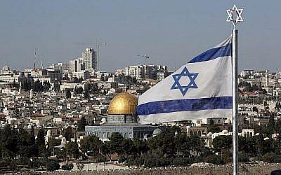 Le drapeau israélien flotte devant le dôme du Rocher de la vieille ville de Jérusalem le 1er décembre 2017. (AFP Photo/Thomas)