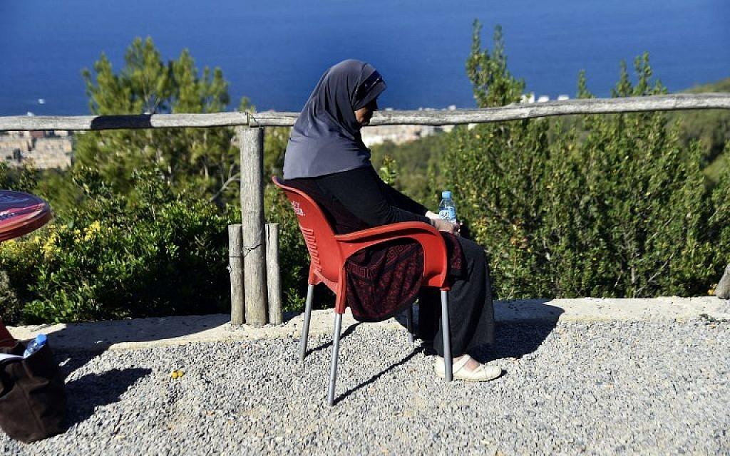 Linda, une Algérienne, mère de trois enfants, abandonnée par son mari après avoir été diagnostiquée d'un cancer du sein, à Alger, le 15 novembre 2017. Linda fait partie des centaines de femmes répudiées après un diagnostic du cancer du sein, selon un organisation caritative. (Crédit : AFP / RYAD KRAMDI