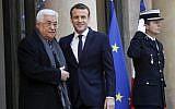 Le président français Emmanuel Macron (au centre) accueille le président de l'Autorité palestinienne Mahmoud Abbas (à gauche) à l'Elysée à Paris, le 22 décembre 2017 (Crédit : AFP Photo / Patrick Kovarik)
